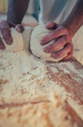 Bäckermeister Helge bei der Arbeit